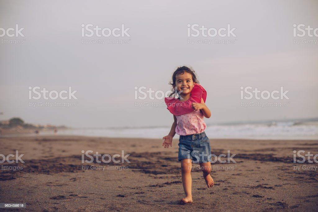 Lycklig liten flicka på stranden - Royaltyfri Asiatiskt och indiskt ursprung Bildbanksbilder