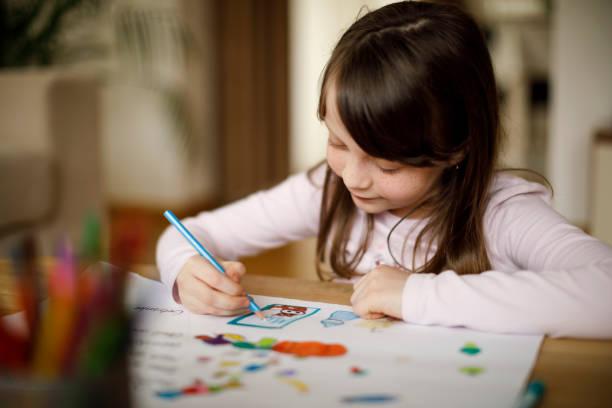 feliz niña dibujo en la casa - dibujar fotografías e imágenes de stock