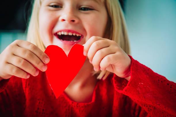 glückliches kleines Mädchen hält Papier Herz in den Händen – Foto