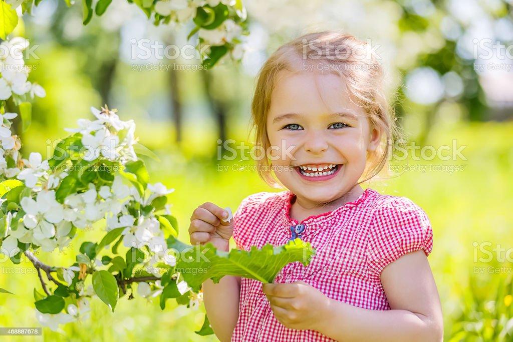 Glückliches kleines Mädchen im Frühjahr sonnigen park – Foto