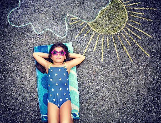 glückliches kleines mädchen in der sommer-urlaub - sonnenbrille kleinkind stock-fotos und bilder
