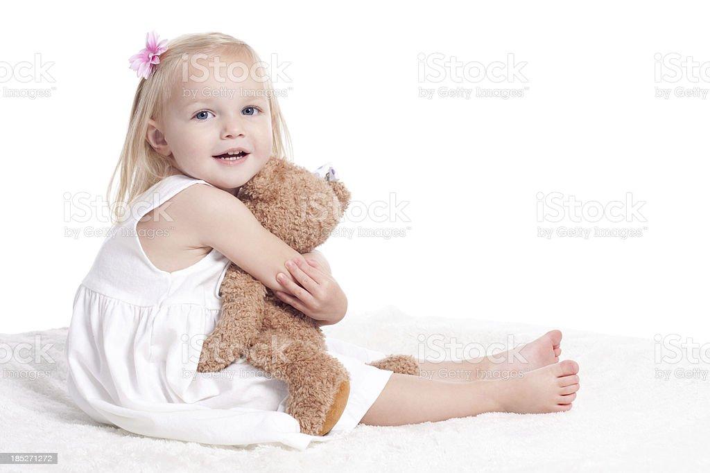 Glückliches kleines Mädchen im weißen Kleid umarmen Jagdtrophäe – Foto