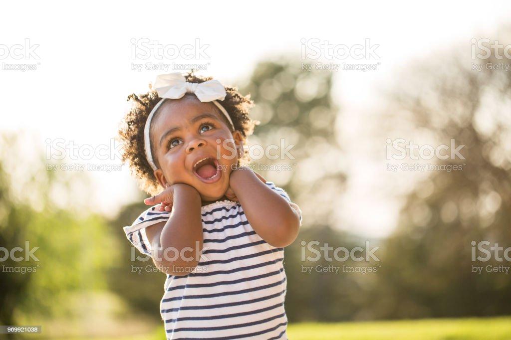 Glückliche kleine Mädchen lachen und Lächeln auf den Lippen vor. – Foto