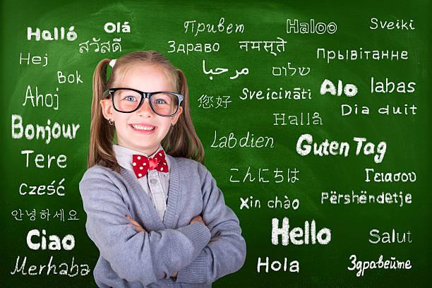 glückliches kleines mädchen lernen multi-sprache - spanisch translator stock-fotos und bilder