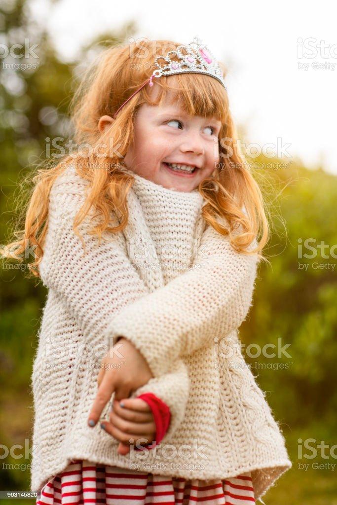 Lycklig liten flicka tittar bort i skogen - Royaltyfri 4-5 år Bildbanksbilder