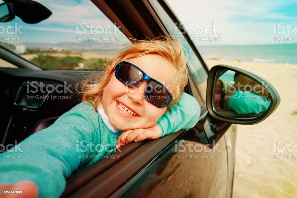 Glückliche Kleine Mädchen Selfie Beim Reisen Mit Dem Auto Auf Dem