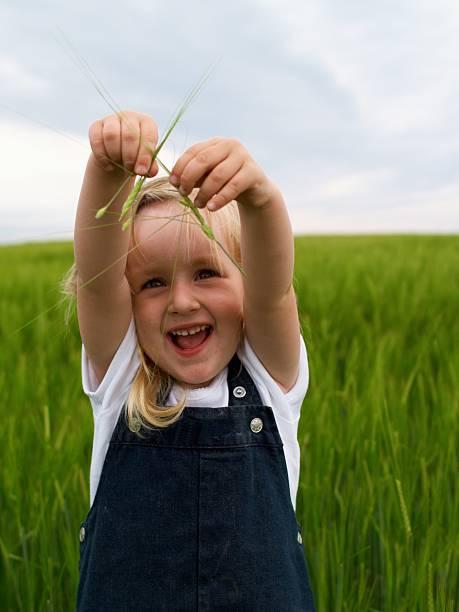 Glückliches kleines Mädchen – Foto