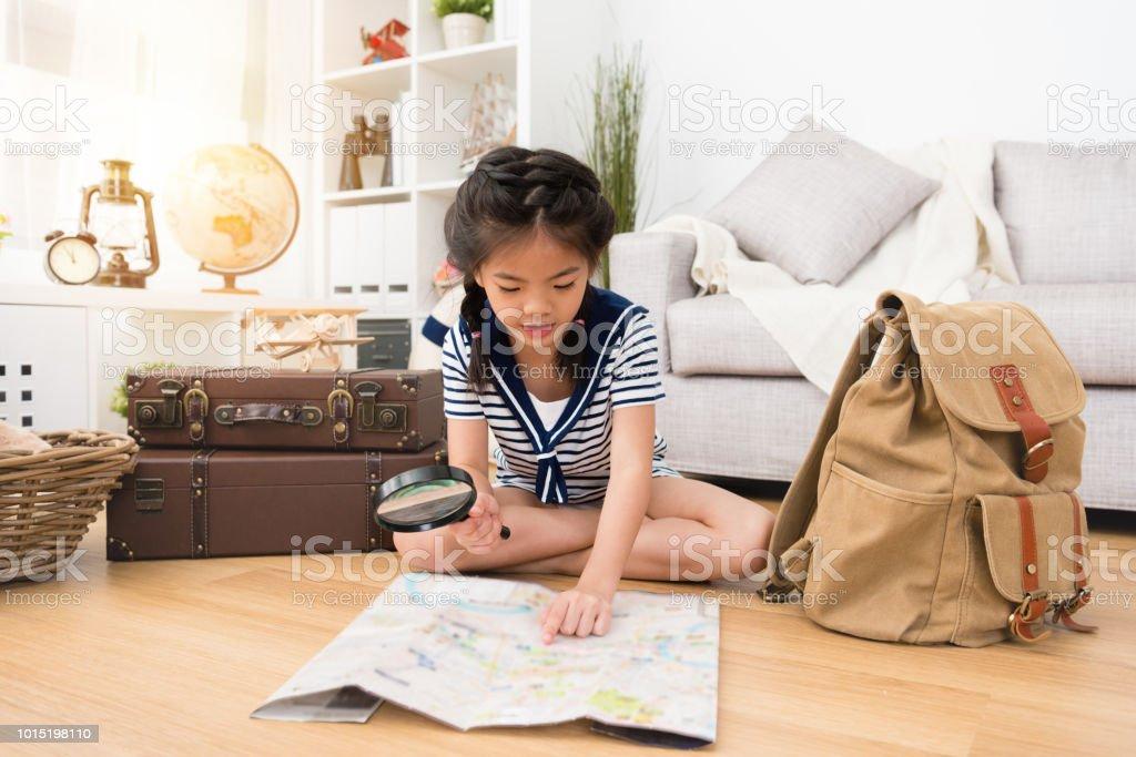 menina feliz, preparando a bagagem pessoal - foto de acervo