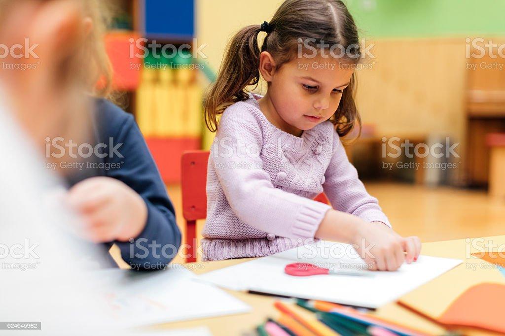 bc37b9c07c4624 Glückliches Kleines Mädchen Mit Schere In Bereits Im Kindergarten ...