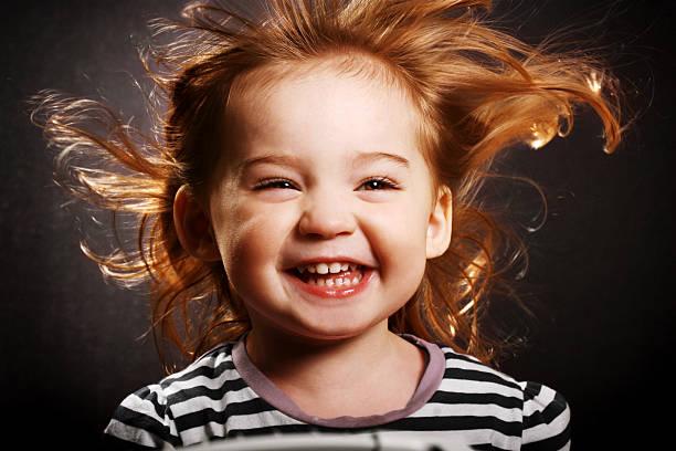 glückliches kleines mädchen - kleinkind frisur stock-fotos und bilder