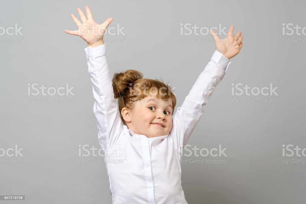 Glückliches kleines Mädchen mit ihren Händen, isoliert – Foto