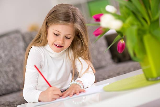 Glückliches kleines Mädchen Schreiben – Foto