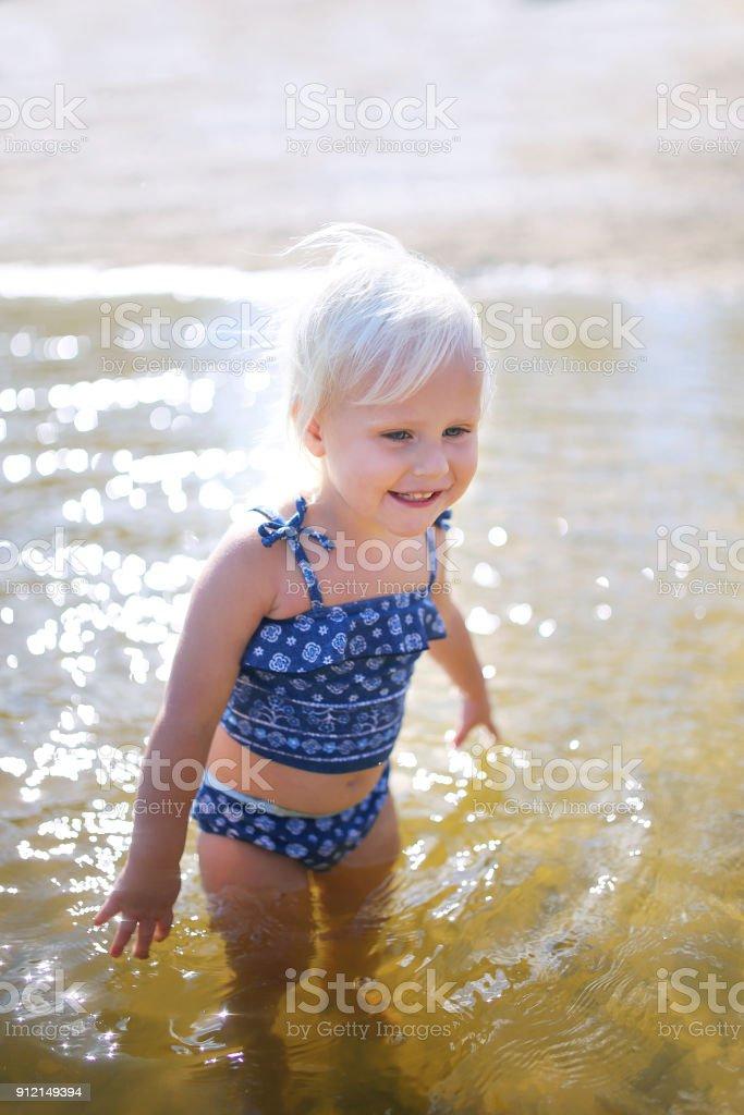 Feliz pequeño niño niño nadar en lago en día de verano - foto de stock