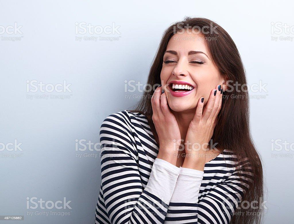 Respuestas feliz sonriente mujer sosteniendo las manos en la cara - foto de stock