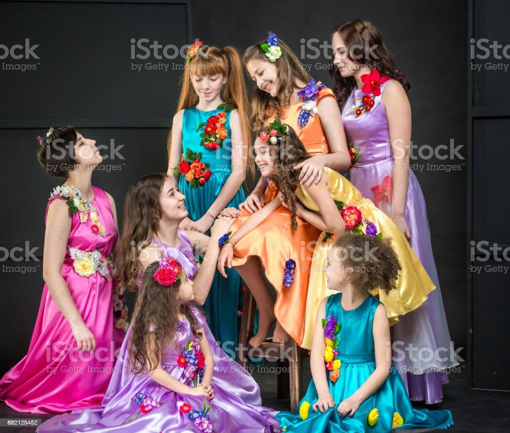 Vestidos De Las Muchachas Bonita Felizes En Vacaciones Foto