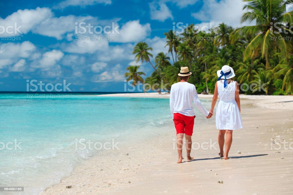 happy loving couple walking on beach Lizenzfreies stock-foto