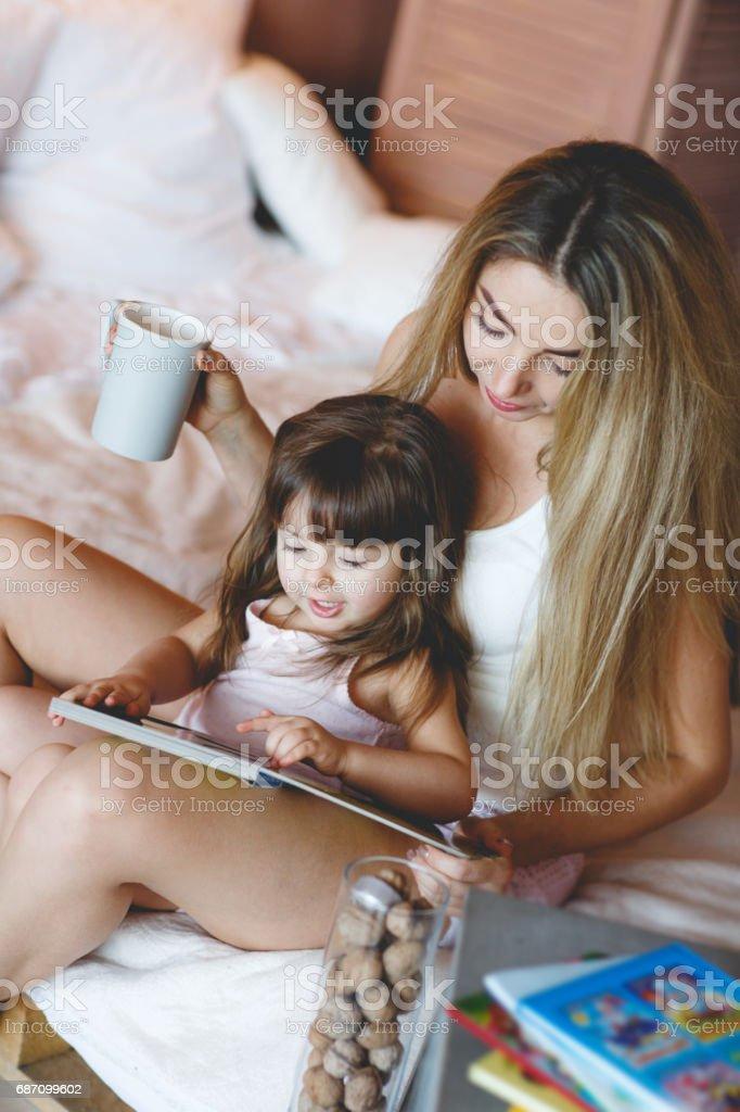 Glücklich liebende Familie. Mutter und ihre Tochter Kind Mädchen spielen und umarmt. Lizenzfreies stock-foto