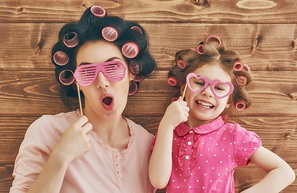 glücklich liebevolle familie - kinderparty spiele stock-fotos und bilder