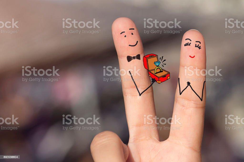Feliz amando dedos segurando uma caixa de diamante - foto de acervo