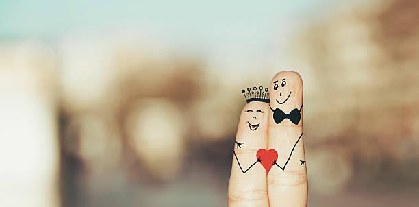 glücklich liebevolle hände halten rotes herz - romantische karten stock-fotos und bilder