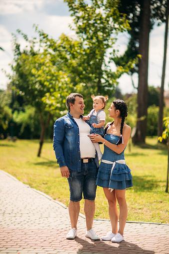 행복 한 남자와 여자 아이 밖에 서 놀고 가족에 대한 스톡 사진 및 기타 이미지