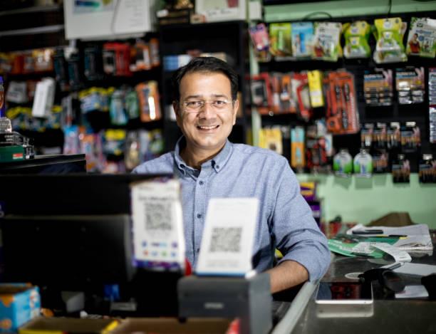 Glückliche männliche Kassiererin im Supermarkt – Foto