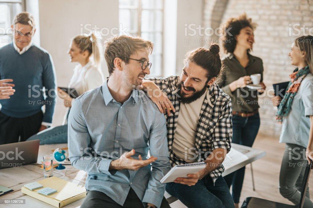 Birbirinizle kendi meslektaşları ile rahat bir ofiste konuşmak mutlu erkek girişimciler. - Royalty-free Adamlar Stok görsel