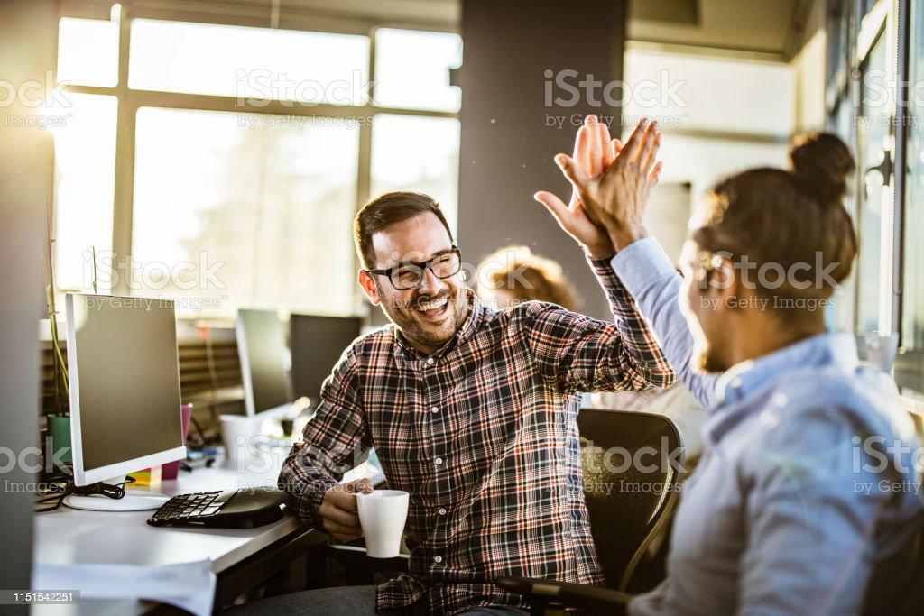 Programadores masculinos felices que se dan el uno al otro alto-cinco en la oficina. - Foto de stock de Adulto libre de derechos