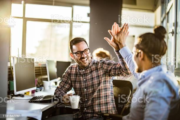Programadores Masculinos Felices Que Se Dan El Uno Al Otro Altocinco En La Oficina Foto de stock y más banco de imágenes de Adulto