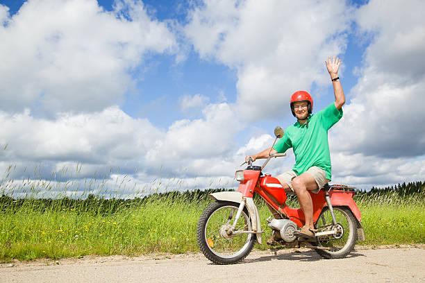 heureux homme au volant d'une mobylette - moped photos et images de collection