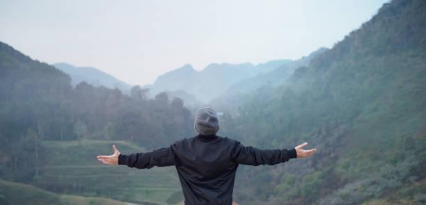 glückliche menschen genießen natur auf berg. freiheit-konzept. - neue abenteuer stock-fotos und bilder