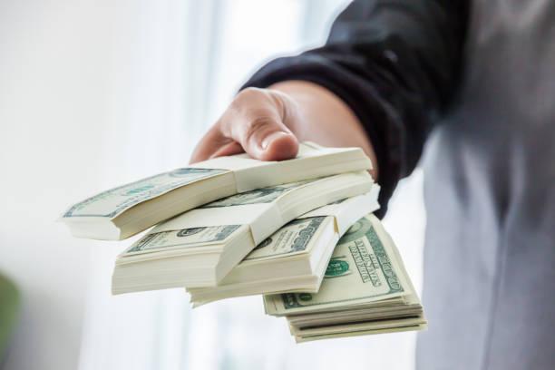 Glücklicher Mann genießen den Regen Geld, Hand, Geldeingang, US-Dollar, vom Business-Mann, voller Erfolg. – Foto
