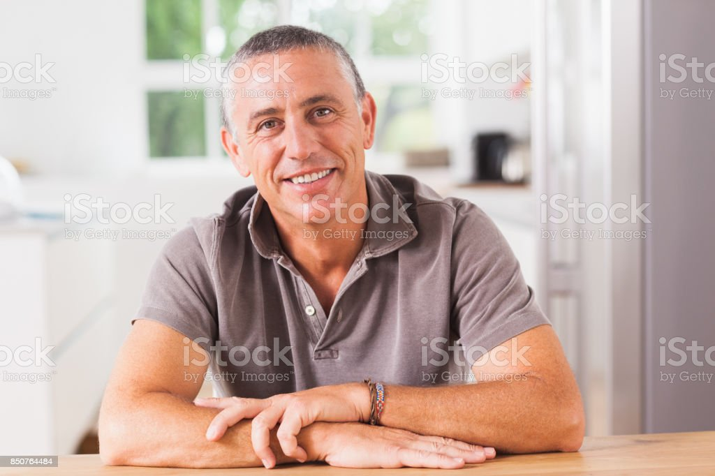 Happy man in kitchen - foto stock