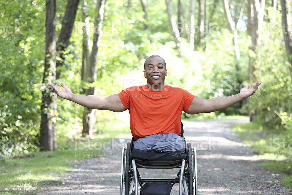 Feliz hombre en silla de ruedas - foto de stock