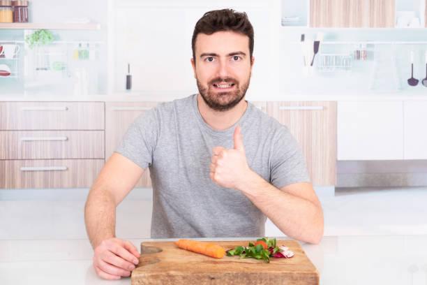 glücklicher mann ist bereit, die diät zu beginnen - abnehmen leicht gemacht stock-fotos und bilder
