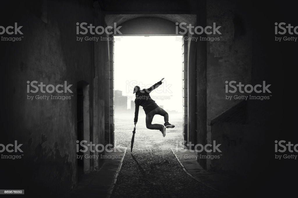 homem feliz pulando feliz apesar do mau tempo foto de stock royalty-free