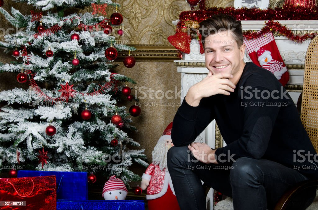 Happy man near the fireplace. Christmas and New Year. photo libre de droits