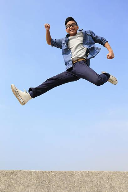 ハッピーな男性、ジャンプを実行します。 ストックフォト