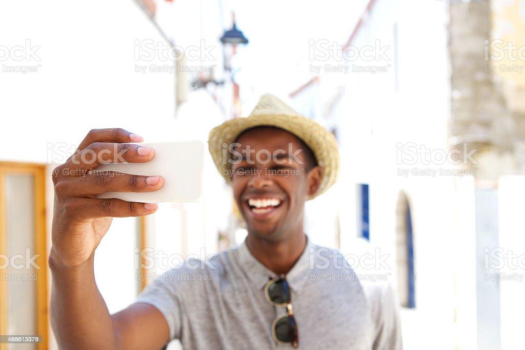 Heureux homme prenant selfie sur vacances - Photo