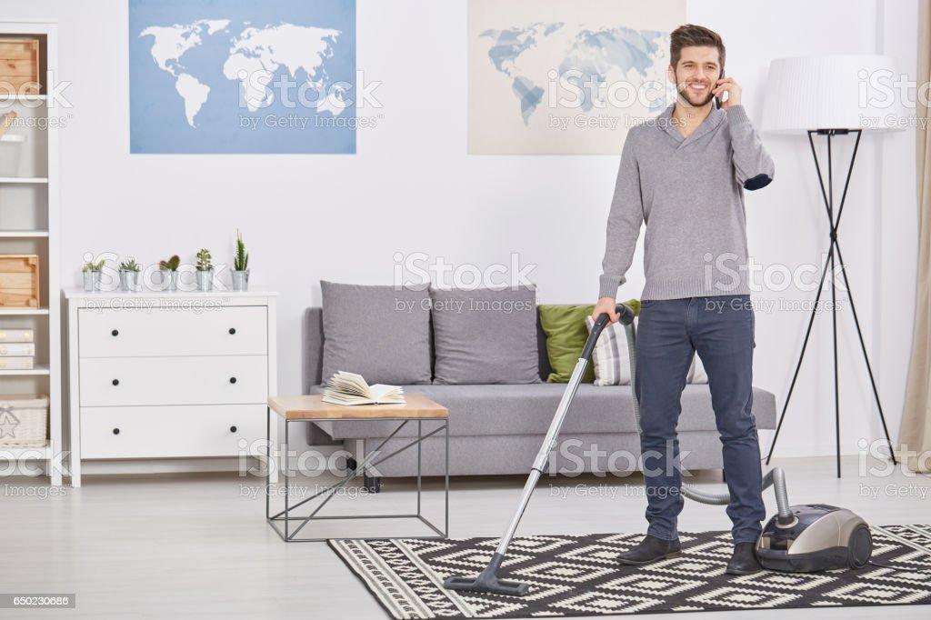 Happy man vacuuming – Foto