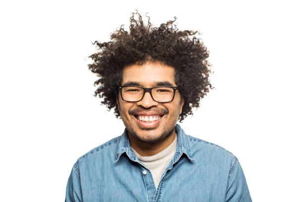 glücklicher mann mit brille und lockiges haar - stoffe berlin stock-fotos und bilder
