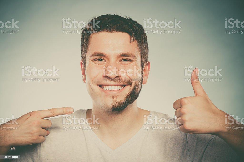 Mitad hombre feliz con rostro afeitado barba cabello. foto de stock libre de derechos