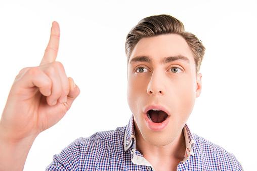 생각 하 고 위로 오픈 입으로 행복 한 사람 가리키기에 대한 스톡 사진 및 기타 이미지