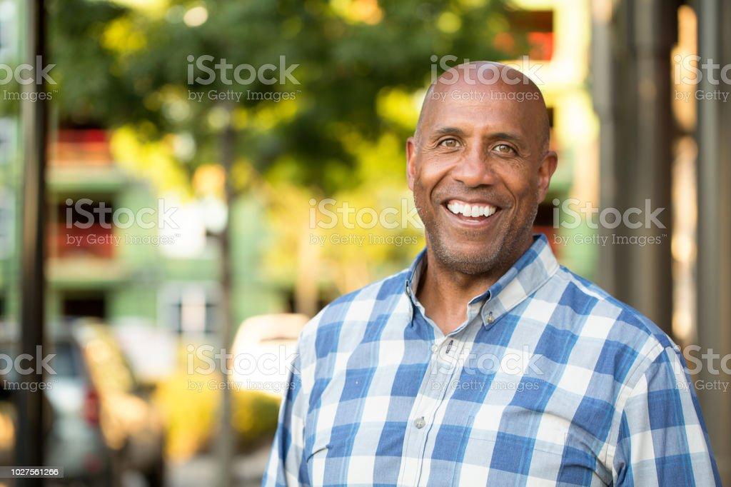 Heureux homme afro-américain mature souriante à l'extérieur. photo libre de droits