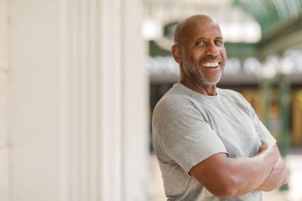 reife afrikanischer amerikaner glücklich lächelnd außerhalb. - einzelner senior stock-fotos und bilder