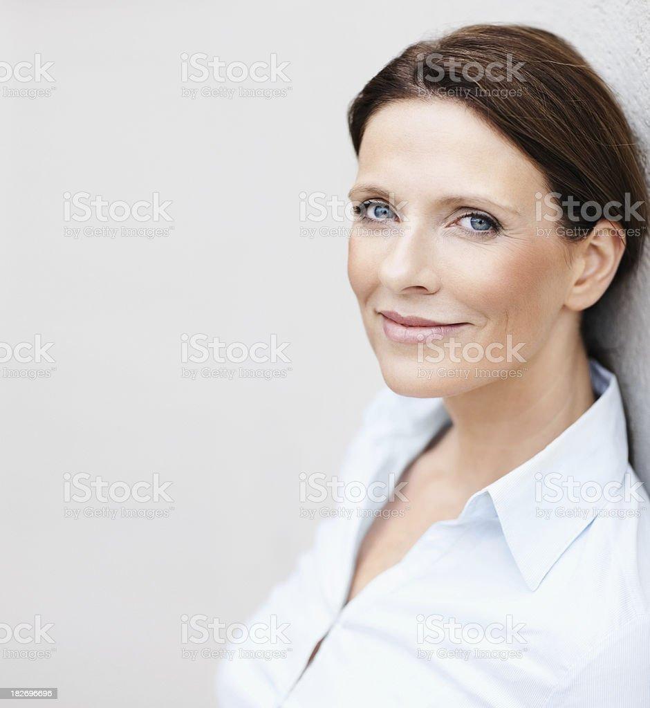 Heureuse Femme d'affaires mature Avec copyspace s'appuyant sur un mur - Photo