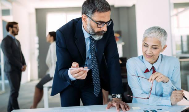 Glücklich reifer Geschäftsmann und Geschäftsfrau, die Planung im Büro – Foto