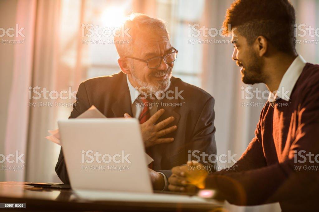 Ofiste genç onun iş arkadaşınız ile iletişim mutlu olgun iş adamı. stok fotoğrafı
