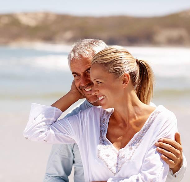 Gerne Älteres Paar genießen am Strand – Foto