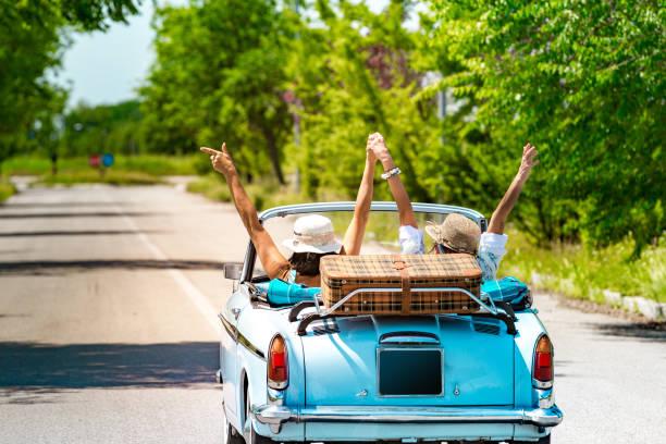 Happy Mature Couple Abfahrt zu einem Romantik-Road-Trip Urlaub mit einem Oldtimer – Foto